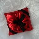 'Red Romance' gyűrűpárna, Esküvő, Gyűrűpárna, Nászajándék, Esküvői dekoráció, Varrás, Ez a gyűrűpárna kissé rendhagyó,ugyanakkor mégis tükrözi a szerelmet. Egy piros latex hatású anyago..., Meska