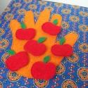 """""""Számoló ujjak"""" - készségfejlesztő textilkönyv, Játék, Készségfejlesztő játék, Almákat és körtéket számoló ujjak textilkönyvben. A gyümölcsök - a hátuljukra varrt tépőzár által- a..., Meska"""