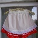 Mini kékfestő szett pirosban, Ruha, divat, cipő, Női ruha, Gyerekruha, Kisgyerek (1-4 év), Piros kékfestő mintájú kislány szoknya, fehér farkasfoggal, fehér köténykével, pártával. Dereka gumí..., Meska