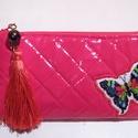 Hímzett pillangós pénztárca, Táska, Pénztárca, tok, tárca, Pink lakk steppelt műbőrből készült hímzett pillangós, selyembojtos pénztárca. A pénztárc..., Meska