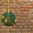 Zöld zsinór lámpa sárga virágokkal / mennyezeti lámpa, Dekoráció, Otthon, lakberendezés, Lámpa, Fali-, mennyezeti lámpa, Sötétzöld jutazsinórból készített lámpabura sárga zsinórvirágokkal díszítve, átmérője 35 cm.  Sárga ..., Meska