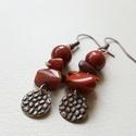 Jáspis fülbevaló, Ékszer, Fülbevaló, Piros jáspis gyöngy és splitterek felhasználásával készült, bronz lapocskák díszítik.   F..., Meska