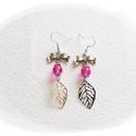 Leveles fülbavaló, Ékszer, Fülbevaló, Aranyos kis leveles  fülbevaló rózsaszín üveggyönggyel díszítve. Nikkelmentes fém., Meska