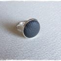 sötétszürke gyűrű, Ékszer, óra, Gyűrű, Bőrművesség, Ékszerkészítés, Sötét szürke bőrrel díszített gyűrű Mérete állítható , a foglalat átmérője 16mm, Meska