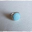 Világoskék gyűrű, Ékszer, óra, Gyűrű, világos kék bőrrel díszített gyűrű Mérete állítható , a foglalat átmérője 16mm, Meska