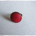 Piros bronz gyűrű, Ékszer, Gyűrű, Ékszerkészítés, Piros bőrrel díszített gyűrű Mérete állítható , a foglalat átmérője 16 mm , Meska