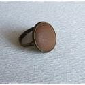 Mogyoróbarna bőr gyűrű, Ékszer, Gyűrű, Mogyoróbarna bőrrel díszített gyűrű Mérete állítható , a foglalat átmérője 16mm , Meska