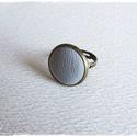 világosszürke bronz  bőr gyűrű, Ékszer, óra, Gyűrű, világosszürke bőrrel díszített gyűrű Mérete állítható , a foglalat átmérője 16mm , Meska