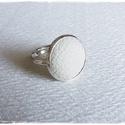 fehér bőr gyűrű, Ékszer, óra, Gyűrű, Ékszerkészítés, Fehér  bőrrel díszített gyűrű Mérete állítható , a foglalat átmérője 16mm , Meska
