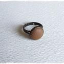 Barna bronz gyűrű, Ékszer, Gyűrű, Ékszerkészítés, Mogyoróbarna bőrrel díszített gyűrű Mérete állítható , a foglalat átmérője 12mm, Meska