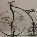 Retró kerékpár kialakítású virágtartó, kézzel készített egyedi gyártmány., Dekoráció, Otthon, lakberendezés, Kerti dísz, Kaspó, virágtartó, váza, korsó, cserép, Fémmegmunkálás, Kovácsoltvas, Retró virágtartó ami a kert egyedi ékessége is lehet. Nosztalgikus de mégis modern hatást kölcsönöz..., Meska
