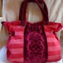 Nagy méretű táska sok zsebbel , Ez a nagy méretű pirosas színvilágú táskába...