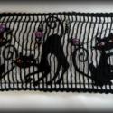 Cicák rács mögött :), Három fekete macska látható ezen a karkötőn, ...