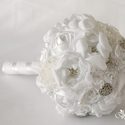 Fehér esküvői csokor, Esküvő, Esküvői csokor, Esküvői dekoráció, Esküvői ékszer, Virágkötés, Gyöngyfűzés, Margaret  Szaténból, csipkéből, gyöngyökből és brossból álló virágcsokor. Minden virágot a legnagyo..., Meska