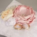 Esküvői gyűrűpárna púder rózsaszín, fehér és krém színű, Esküvő, Gyűrűpárna, Varrás, Ez a pihe-puha párna szaténból készült, amely csipkével lett bevonva. A virágok szaténból készültek..., Meska