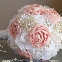 Púder rózsaszín esküvői ékszercsokor, Dekoráció, Esküvő, Csokor, Esküvői csokor, Gyöngyfűzés, Virágkötés, A szatén virágokból álló csokor azért nagyon különleges, mert rengeteg brossal és gyönggyel díszíte..., Meska