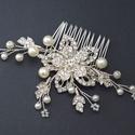 Menyasszonyi fésű nagy kristály virággal, Ékszer, Esküvő, Esküvői ékszer, Hajdísz, ruhadísz, Gyöngyfűzés, Gyönyörű ezüst színű kristályos virág, kristályos levelekkel és gyöngyökkel díszítve.  Mérete: 11 x..., Meska