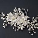 Nagy virágos esküvői fejdísz, Ékszer, Esküvő, Esküvői ékszer, Hajdísz, ruhadísz, Gyöngyfűzés, gyöngyhímzés, Ez a gyönyörű virág motívumokkal készült ezüst színű fejdísz kristályokkal és gyöngyökkel készült. ..., Meska