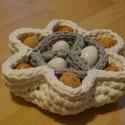Horgolt húsvéti tojástartó, Dekoráció, Ünnepi dekoráció, Húsvéti apróságok, Horgolás,  Horgolt két színű tojástartó, húsvétra, 9 tojás tárolására alkalmas. 100% pamut fonalból készült. ..., Meska