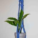 Kék makramé virágtartó csomó mintával, Otthon, lakberendezés, Kaspó, virágtartó, váza, korsó, cserép, Csomózás, Makramé virágtartó  Kézzel készült termék. Anyagok: Pólófonal; fakarika  Hossz: 93 cm ( az anyag ny..., Meska