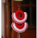 Piros-fehér fülbevaló, Ékszer, óra, Fülbevaló, Pamut fonalból, gyöngy díszítéssel készült ez a horgolt fülbevaló. Vékony, műanyag karika..., Meska
