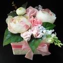 Gratulálok virág box, Dekoráció, Esküvő, Csokor, Virágkötés, A képen látható kompozíció magassága 15, szélessége 17 cm. Selyem pünkösdi rózsa,Boglárka,orgona,ho..., Meska