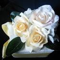 Krém virág doboz, Esküvő, Dekoráció, Esküvői csokor, Csokor, Virágkötés, Kartondobozból,tűzőhabből készítettem  a dobozt és vastag dekorpapírral? vontam be.Krémszínű virágo..., Meska