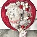 Piros kötött tetovált mikulásos karácsonyi kopogtató, Dekoráció, Ünnepi dekoráció, Karácsonyi, adventi apróságok, Karácsonyi dekoráció, 22 cm átmérőjű tetovált mikulásos ajtódísz azonnal vihető., Meska