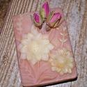 Rózsa illatú szappan, Szépségápolás, Szappan, tisztálkodószer, Natúrszappan, Növényi alapanyagú szappan, Szappankészítés, Nőies illatú szappan normál bőrre   Összetevők: Víz, kókusz-, pálma-, extra szűz olívaolaj, NAOH, n..., Meska
