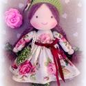 Csipetke baba rózsás szoknyában, Baba-mama-gyerek, Játék, Baba játék, Játékfigura, 33 cm-es, a szoknyája levehető, a sapkája rögzített., Meska