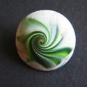 Zöld kagylós bross süthető gyurmából, Ékszer, óra, Bross, kitűző, Ékszerkészítés, Gyurma, Fehér és zöld FIMO gyurmából némi pigmentporral apró (2,4 cm átmérőjű) gyurmalencsét készítettem, m..., Meska