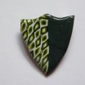 Felemás pajzs kitűző süthető gyurmából, Ékszer, Bross, kitűző, Kétféle zöld és fehér FIMO ékszergyurmából készítettem ezt a pajzs formájú brosst. Mérete 3 x 3,5 cm..., Meska