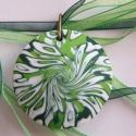 Tavaszi zsongás medál süthető gyurmából, Ékszer, Medál, Nyaklánc, Kétféle zöld és fehér FIMO ékszergyurmából készítettem ezt a mindkét oldalán hordható, lencse alakú ..., Meska