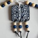 Madártávlat gyöngyös medál, Ékszer, Medál, Nyaklánc, Fehér, fekete és kétféle kék FIMO ékszergyurmából készítettem ezt a mindkét oldalán egyforma medált...., Meska