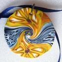 Csokornyakkendő medál, Ékszer, Medál, Nyaklánc, Fehér, sárga, bordó és kék FIMO ékszergyurmából készítettem ezt a lencse alakú, mindkét oldalán hord..., Meska