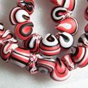 Nyári kagylók nyaklánc, Ékszer, Nyaklánc, Fehér, piros és fekete FIMO ékszergyurmából apró (kb. 1 cm-es) kagyló formájú gyöngyöket készítettem..., Meska