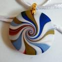 Kék örvény medál, Ékszer, Medál, Nyaklánc, Kék, fehér és arany süthető gyurmából készült lencsemedál, átmérője 3,4 cm. Nikkelmentes medálakaszt..., Meska
