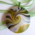 Zöld örvény medál, Ékszer, Medál, Nyaklánc, Zöld, fehér és arany süthető gyurmából készült lencsemedál, átmérője 3,6 cm (enyhén ovális alakú). N..., Meska