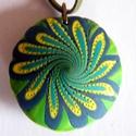 Zöld szirmok medál, Ékszer, Medál, Nyaklánc, Kétféle zöld és fehér FIMO ékszergyurmából készítettem ezt a lencse alakú, mindkét oldalán hordható ..., Meska