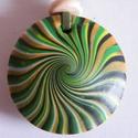 Zöld sugarak medál, Ékszer, Medál, Nyaklánc, Többféle sárga és zöld FIMO ékszergyurmából készítettem ezt a lencsemedált, átmérője 4 cm. Teljesen ..., Meska