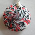 Rózsa medál, Ékszer, Medál, Nyaklánc, Fehér, piros és fekete FIMO ékszergyurmából készítettem ezt a lencsemedált, aminek absztrakt mintáza..., Meska