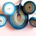 Égszín harmónia ékszerszett, Ékszer, Ékszerszett, Medál, Fülbevaló, Különböző árnyalatú kék quillingpapírokból készítettem ezt az ékszerszettet: medált, bedugós fülbeva..., Meska
