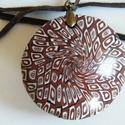 Csokilencse medál, Ékszer, Medál, Nyaklánc, Barna, fekete és fehér FIMO ékszergyurmából készítettem ezt a lencsemedált, átmérője 4,2 cm. Enyhén ..., Meska