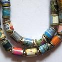 Élménydús utazás nyaklánc újrahasznosított papírból, A nyaklánc hengeres gyöngyei (50 db) egy kidobá...