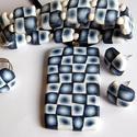 Extrém sakk ékszerszett: medál, karkötő, gyűrű és fülbevaló, Fehér és többféle kék FIMO ékszergyurmából...