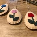 Húsvéti virágmintás függődíszek filcből, Otthon & Lakás, Dekoráció, Függődísz, Varrás, Filcből készült tojás alakú függődíszek virágmintával.  Az alapszín (homok, szürke) és a tulipánok ..., Meska