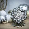 Ezüst csillogás, Ékszer, Medál, Ékszerkészítés, Gyöngyfűzés, Ezüst szinü filigrán a középen,körülötte szürke ,ezüst és fehér csillogó apró gyöngyök.Igazi csillo..., Meska