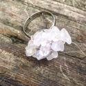 Rózsakvarc gyűrű, Ékszer, Gyűrű, Gyöngyfűzés, Állítható nikkelmentes gyűrűalapra fűztem megannyi rózsakvarc splitter ásványdarabkákat vékony drót..., Meska
