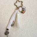 Mesemadár kulcstartó, Ékszer, Virág alakú kilcstartó karikára hófehér bojt, szív medálba rejtett , mesébe illő madárka ..., Meska