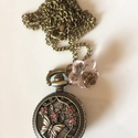 Pillangó szerelme - óra lánccal, Ékszer, óra, Karóra, óra, Nyaklánc, Romantikus, rózsaszín  kristályokkal díszített, réz ékszerórát díszítettem.  Az óra gomb..., Meska